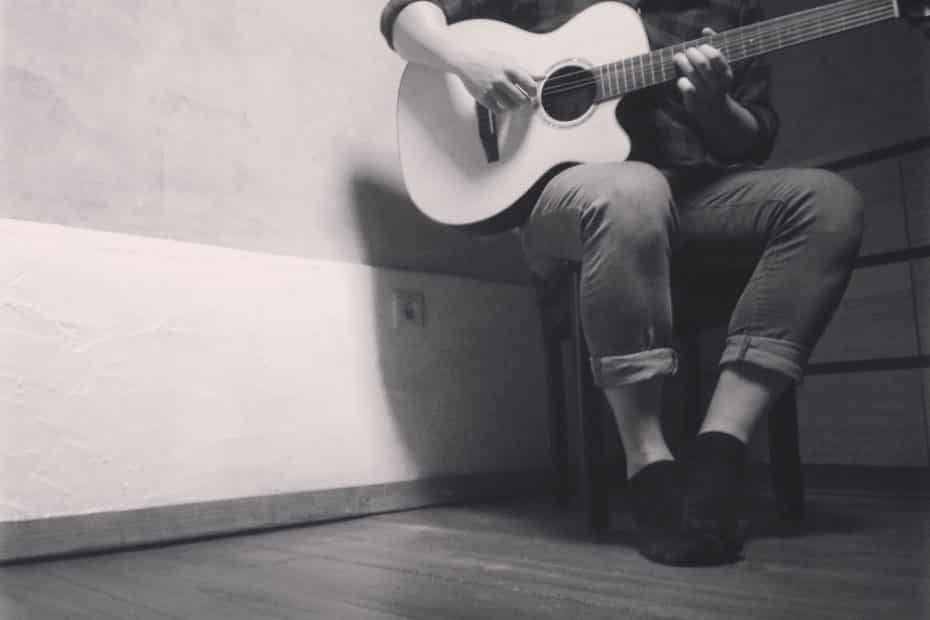Ghostswelcome - Playing acoustic guitar alone in a room - This is what top performance looks like